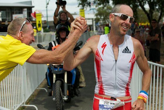 Bevan Docherty vince il suo primo Ironman e dà il cinque a suo padre