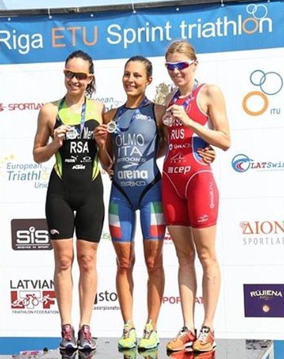 Il podio femminile dell'ETU Triathlon Riga 2014 con Angelica Olmo, vincitrice, al centro