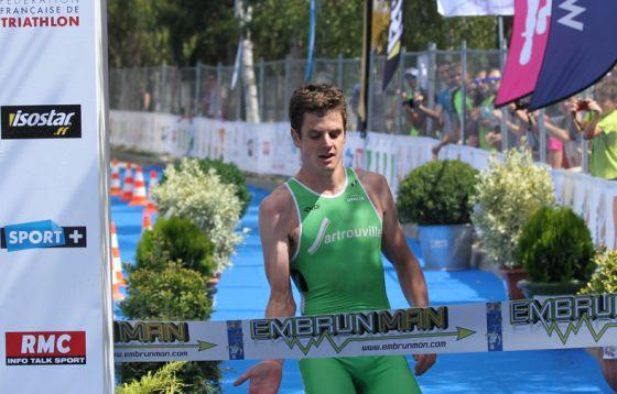 Jonathan Brownlee solitario al traguardo del Grand Prix France Triathlon 2014 di Embrun