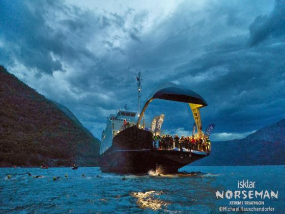 Lo spettacolare tuffo dal battello dà il via al Norseman
