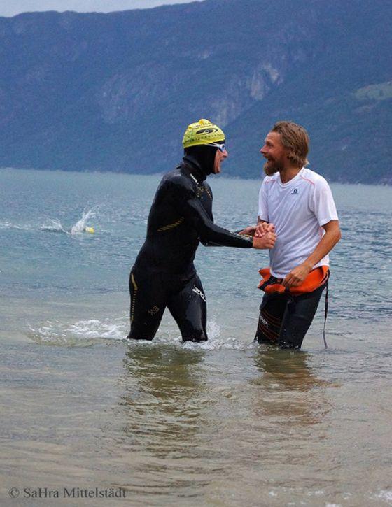 L'uscita dall'acqua di Gianluca e il saluto al race director
