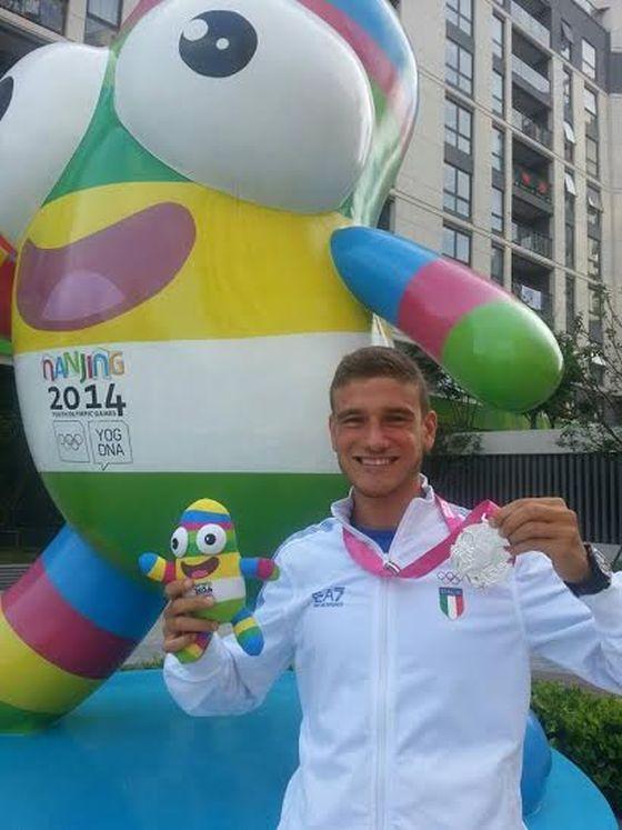 Giulio Soldati mostra il suo argento conquistato alle Olimpiadi Giovanili 2014 di Nanchino