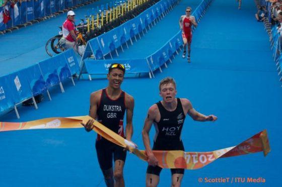 L'arrivo al fotofinish del triathlon sprint maschile alle Olimpiadi Giovanili 2014