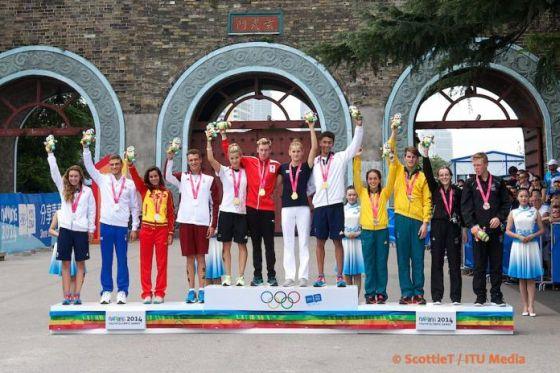 Il podio della staffetta di triathlon alle Olimpiadi Giovanili di Nanchino 2014