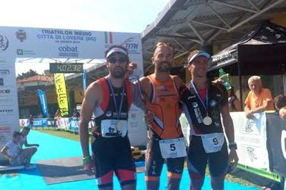 Luca Bonazzi sul gradino più alto del 1° Triathlon Medio Città di Lovere