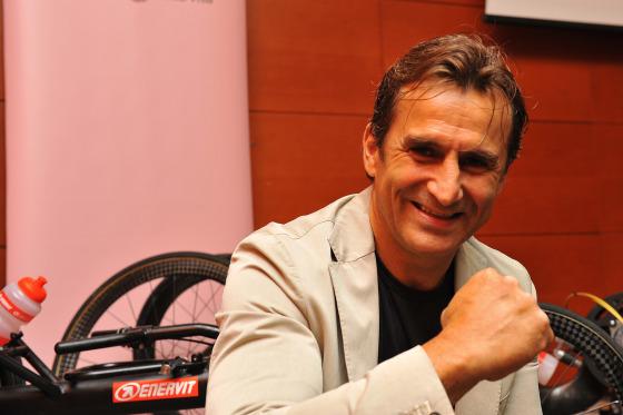Alex Zanardi in Gazzetta presenta il suo prossimo Ironman Hawaii (Foto: Marco Chiesa/Enervit)