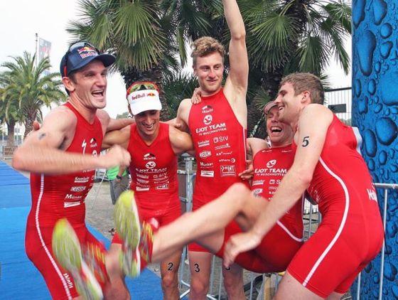Gli uomini dell'EJOT Team TV Buschhütten festeggiano ad Hannover