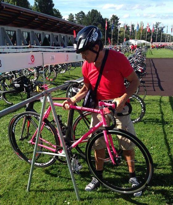 """Mirco Villa e la sua """"pink one"""", bici a scatto fisso utilizzata in gara"""