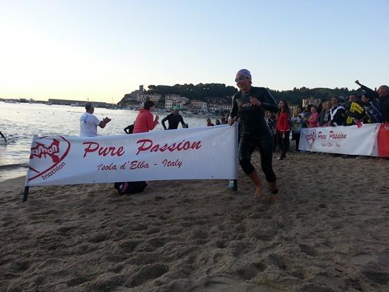 Michela Tessaro prima donna all'uscita del nuoto di Elbaman 2014 X edition