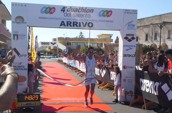 L'arrivo trionfale di Daniel Antonioli ai Campionati Italiani di duathlon classico 2014 a Seclì