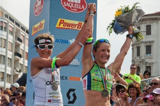 1° Ironman 70.3 Italy: Edith Niederfriniger alza il cielo il braccio di Martina Dogana (Foto: Salvatore Costa)