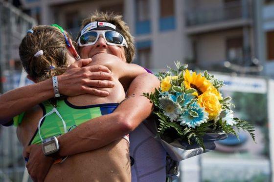 Martina Dogana ed Edith Niederfriniger si abbracciano al termine del 1° Ironman 70.3 Italy (Foto: Salvatore Costa)