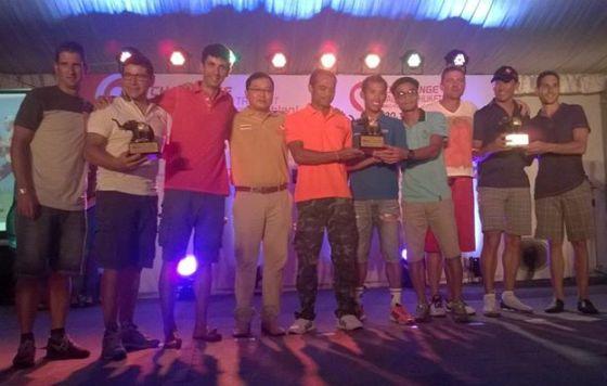 """Il podio della gara a staffetta con, sulla sinistra, il team TriathlonTravel e a destra """"Macca"""""""