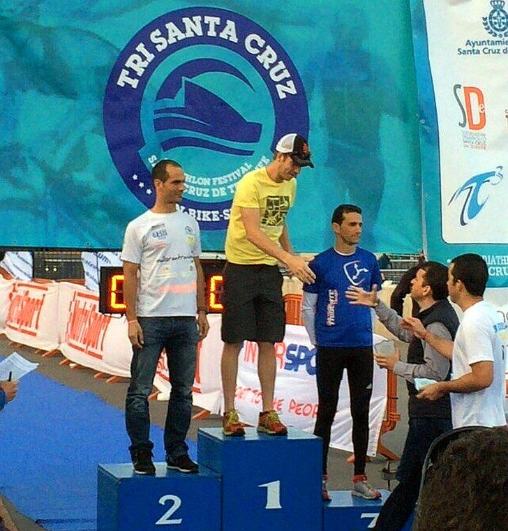 Davide Rossetti sul gradino più alto del podio del Santa Cruz Tenerife Triathlon 2015