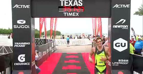 L'arrivo al 4° posto di Davide Giardini all'Ironman 70.3 Texas di domenica 26 aprile 2015 (frame video)
