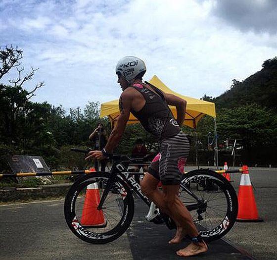 Domenico Passuello arriva in T2 all'Ironman Taiwan 2015