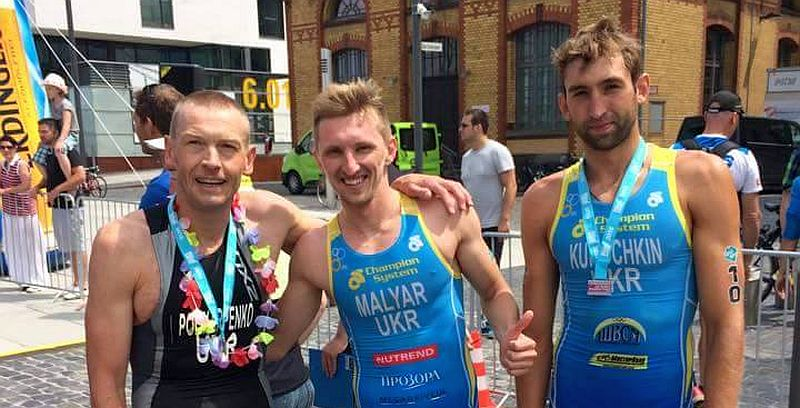 "Gli ucraini Malyar, 2° Elite assoluto, e ""Sergio"" Kurochkin, 5° al Triathlon di Bardolino, in foto con l'ucraino d'Italia Vladimir Polikarpenko"