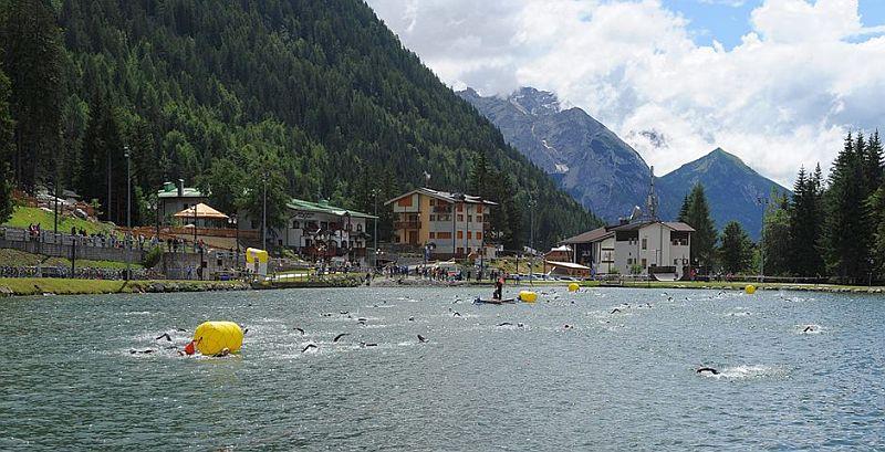 La frazione di nuoto del Triathlon Madonna di Campiglio su distanza sprint è una serpentina nel laghetto