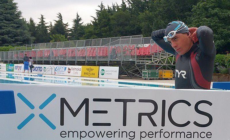 Matteo Fontana si prepara a bordo vasca per nuotare con il suo XMetrics