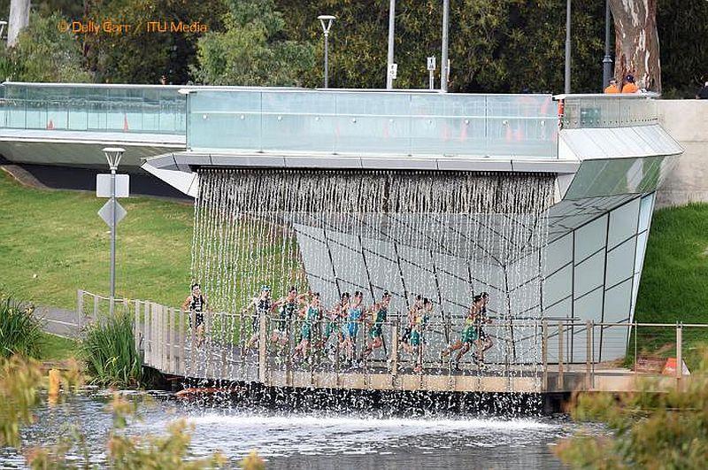 Uno spettacolare passaggio del percorso podistico del Mondiale di Duathlon 2015 di Adelaide