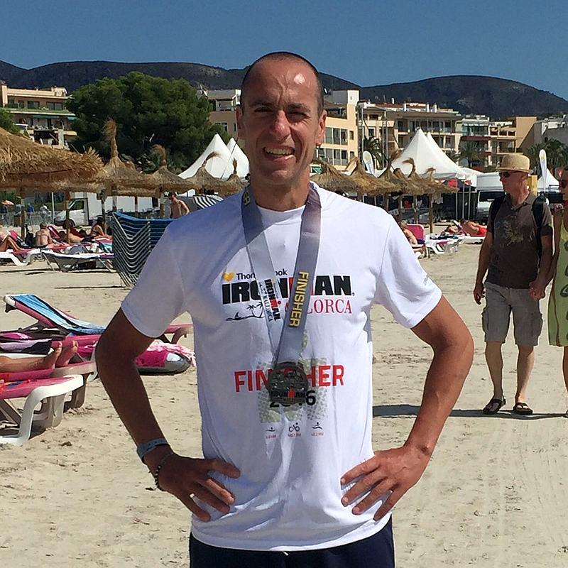 Giuseppe Anatriello con la medaglia e la maglia da finisher all'Ironman Mallorca 2016
