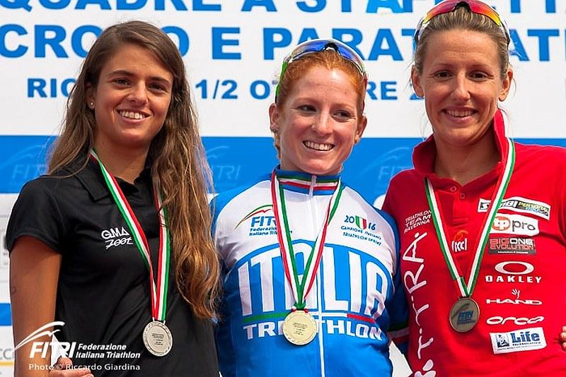 Il podio femminile dei Campionati Italiani Triathlon Sprint 2016 di Riccione vinti per l'8^ volta da Anna Maria Mazzetti (Foto: R. Giardina / FITri.it)