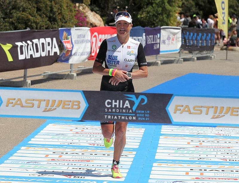Splendida vittoria per la grande campionessa danese Camilla Pedersen al Chia Laguna Triathlon 2017 (Foto: Giancarlo Colombo)
