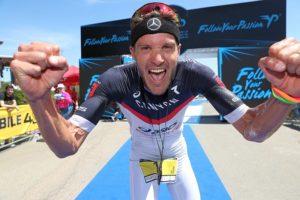 Jan Frodeno, il re, esulta alla sua maniera dopo aver conquistato il Chia Sardinia Triathlon 2017 (Foto: Giancarlo Colombo)