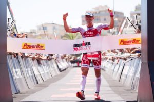 Il campione francese Cyril Viennot vince il 7° Ironman 70.3 Italy a Pescara (Foto ©AlexCaparros/Getty Images for IRONMAN)