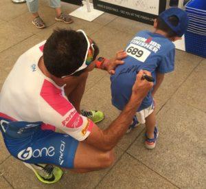 Ironman 70.3 Qujing 2017, Domenico Passuello con uno dei suoi piccoli tifosi: prima l'autografo... (Foto ©Domenico Passuello Facebook)