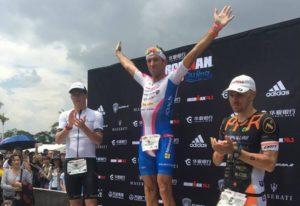 Braccia al cielo e tanta emozione per Domenico Passuello, tornato alla vittoria nell'Ironman 70.3 Qujing 2017 (Foto ©Domenico Passuello Facebook)