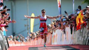 L'arrivo trionfale di Javier Gomez: e suo il titolo mondiale Ironman 70.3 2017, a Chattanooga (Foto ©Donald Miralle)