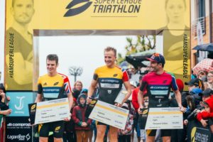 Il podio maschile della Super League Triathlon Jersey Island, disputata il 23 e 24 settembre 2017: Jonathan Brownlee, Kristian Blummenfelt e Richard Murray (Foto ©Googsi Creative / The Studio M)