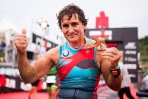 Alex Zanardi, finisher e... recordman all'Ironman Barcelona 2017 (Foto ©Alex Caparros/Getty Images for IRONMAN)