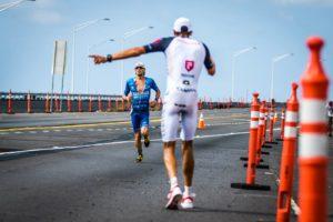 Jan Frodeno indica a Patrick Lange la strada della vittoria all'Ironman World Championship Hawaii 2017 (Foto ©Frank Hau)