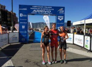 Il podio femminile dei Campionati Italiani Elite di triathlon olimpico 2017, a Lerici: Ilaria Zane (DDS), Alice Betto (Fiamme Oro) e Verena Steinhauser (The Hurricane) - Foto ©F.I.Tri.)
