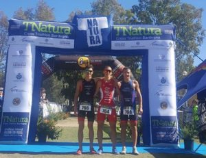 Il podio maschile del TNatura Sardegna 2017, percorso Lite: Matteo Violi (Vis Cortona), Filippo Pradella (Silca Ultralite) e Danilo Brianda (Olbia Nuoto)