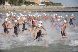La partenza della gara Youth A ai Campionati Italiani Giovani di triathlon, disputati il 22-23 settembre a Caorle (Foto ©F.I.Tri.)