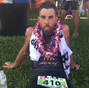 Andrea Zanenga si mette al collo la medaglia di finisher all'XTERRA World Championship Maui 2017