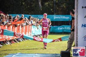 Yvonne Van Vlerken si è aggiudicata il primo posto nello speciale ranking europeo Challenge Family, che mette in palio un montepremi totale di 140.000 dollari (nella foto ©Sportograf è al traguardo del Challenge Forte Village Sardinia)