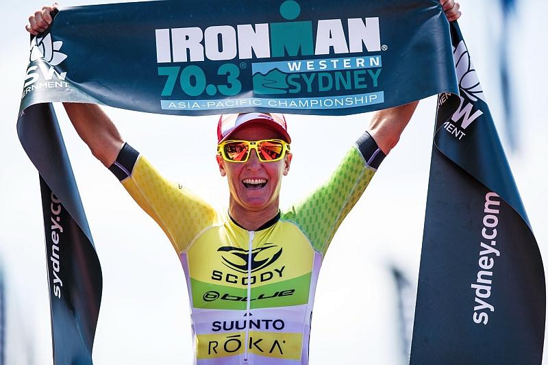 A braccia alzate l'aussie Melissa Hauschildt vince in casa l'Ironman Western Australia di Busselton