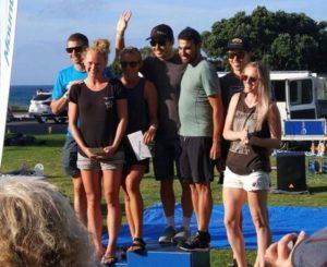 Javier Gomez sale sul gradino più alto del podio della gara a staffetta del Port of Tauranga Hald. Anneke Jenkis e Oscar Vicente Rodríguez, i suoi compagni di... vittoria!