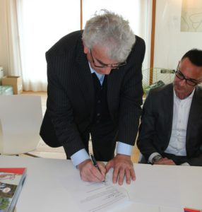 Aldo Zanetti, presidente della Silca Ultralite, firma la convezione triennale con FiTri, in base alla quale Caorle sarà Tricolore di duathlon per tre anni