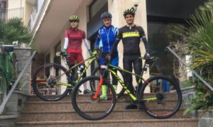 Marta Menditto e Filippo Rinaldi pedalano su biciclette Scott