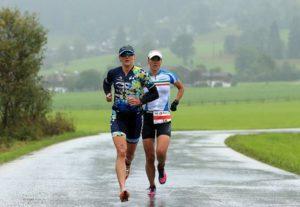 L'italiana Margie Santimaria cerca di non perdere terreno dalla battistrada, la britannica Laura Siddall