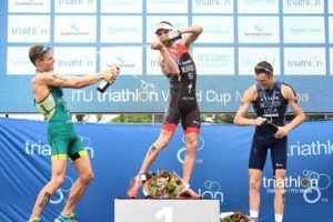 I top 3 dell'ITU Triathlon World Cup 2018 a Mooloolaba: Richard Murray ha preceduto al traguardo Matthew Hauser e Matthew McElroy (Foto ©ITU Media / Delly Carr)