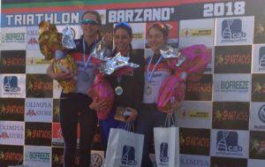 Il podio femminile del Triathlon Sprint di Barzanò 2018 firmato DDS: Luisa Iogna Prat ha preceduto al traguardo le compagne di squadra Beatrice Taverna e Francesca Invernizzi (Foto ©FCZ.it)