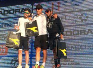 Giovanni Curridori (Nadir Bari) è salito sul gradino più alto del podio del Chia Sardinia Triathlon Sprint 2018. Matteo Bissiri (Triathlon Team Sassari) e Andrea Schiavino (Raschiani Triathlon Pavese) sono giunti secondo e terzo (Foto ©Giancarlo Colombo)