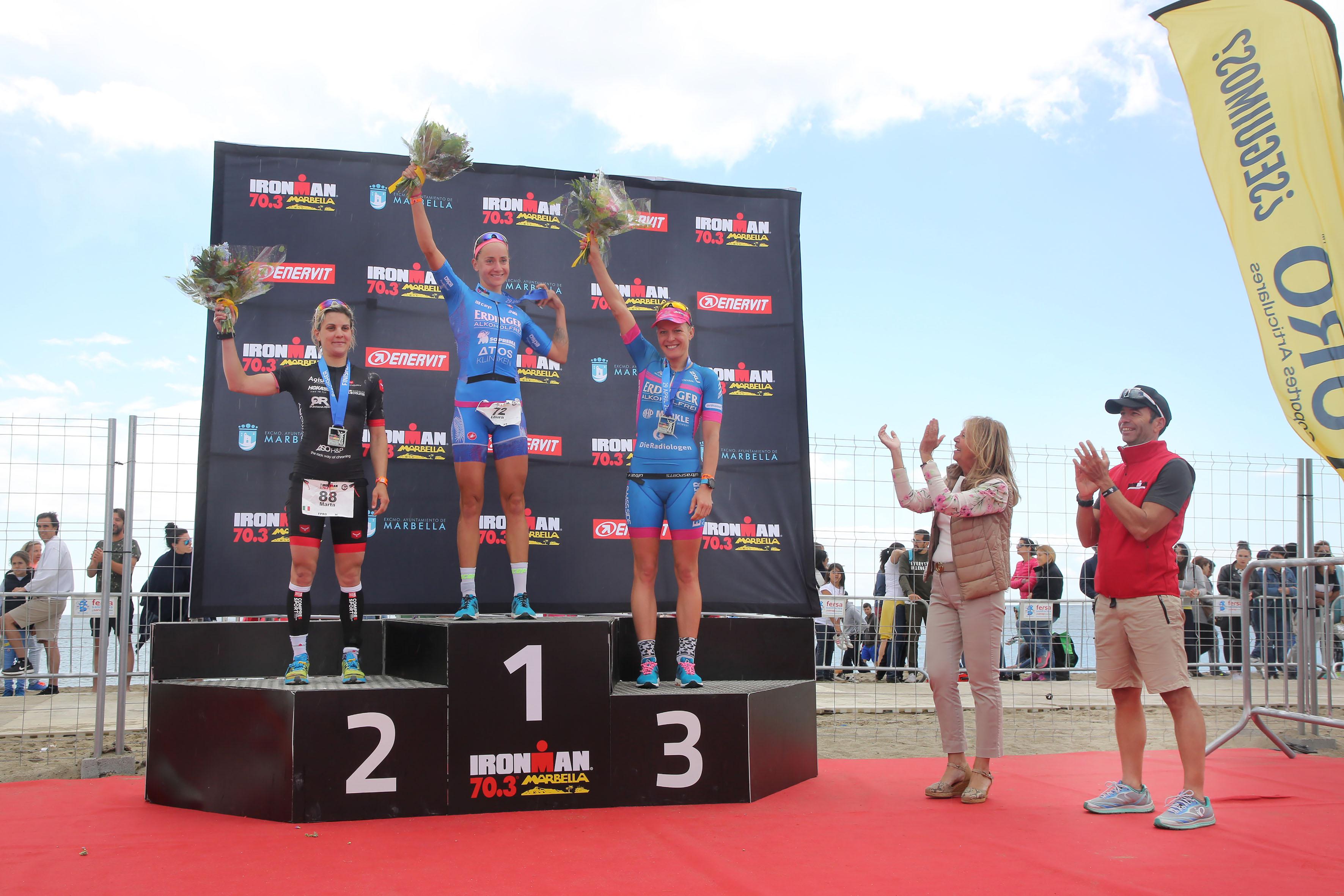Il podio femminile dell'Ironman 70.3 Marbella 2018 vinto dalla tedesca Laura Philipp davanti alla nostra Marta Bernardi