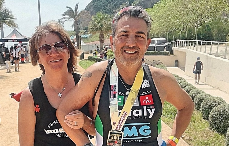 Salvatore Vetere felice al termine del suo Ironman 70.3 Barcelona 2018 insieme a sua moglie